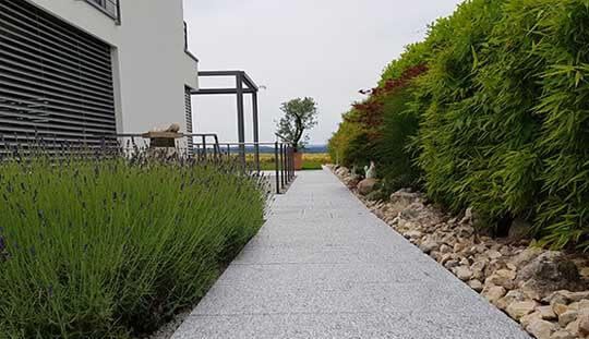 Grün-Stich Gartenbau - Gehweg Bodenplatten aus Gneis
