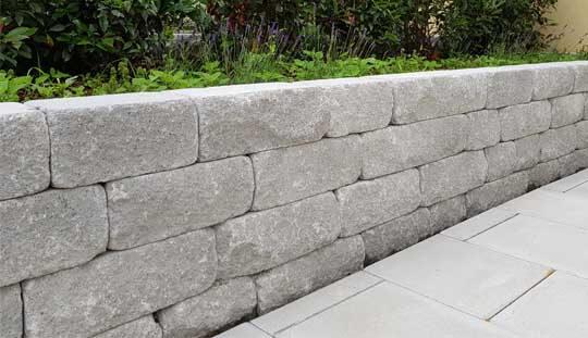 Grün-Stich Gartenbau - Stützmauer mit Betonsteinen grau