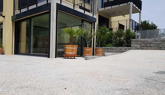 Grün-Stich Gartenbau - Gartensitzplatz mit Terrassenplatten aus Gneis