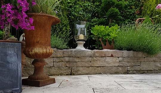 Grünstich-Gartenbau - Trockensteinmauer mit Begrünung als Gartendekoration